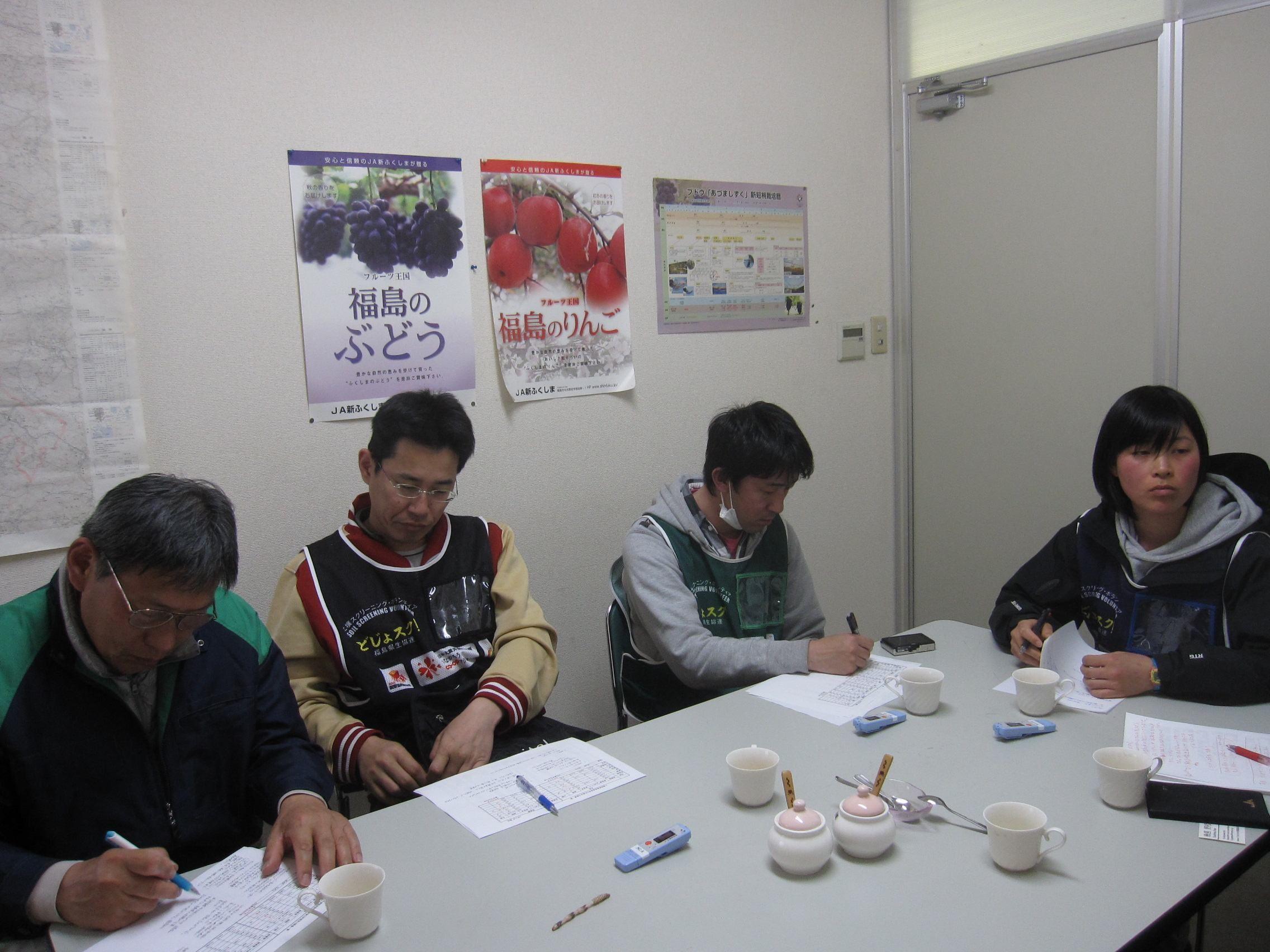 左から、なら・杉本さん、大阪・湊さん、みらい・西田さん、みらい・幾島さん... 土壌スクリーニン